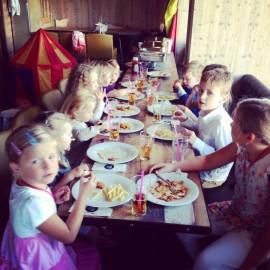 """Abenteuer, herrliche Geschichten, Lachen: Kinder feiern bei Hochzeiten ein fröhliches """"Fest im Fest"""""""