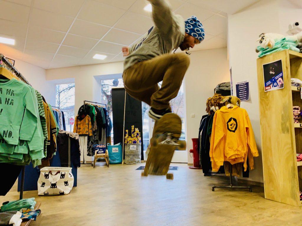 Skateboardtrainer Johnny macht einen ollie