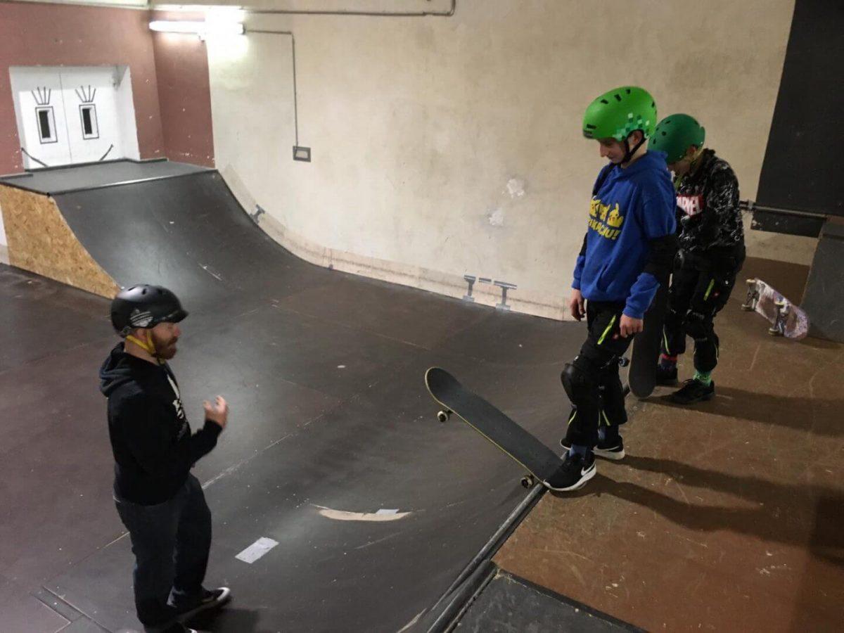 Johnny_skatet_mit_Kindern
