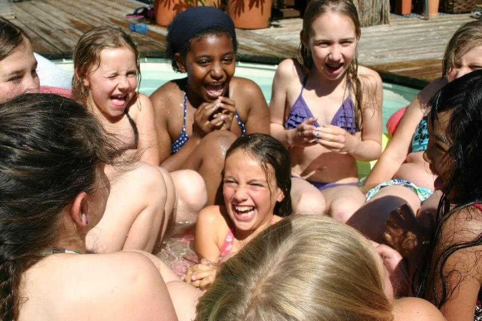 Maedchen beim Badespass im Rahmen einer Kinderoylmpiade